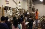 展示を説明する語り部の会会員と、豊津小の3年生