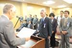 岡本会頭から表彰状を授与される受賞者