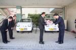 加井野会長(右)から縄手会長へ福祉巡回車の鍵を贈呈