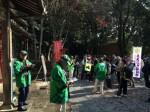 白山町川口にある白山比咩神社に到着した参加者たち