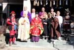 高山神社に集う七福神の代表者たちと勢州高虎隊(左)