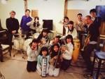 キッズバンドのメンバー(久志本さんは後列右から3人目)ら