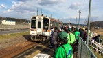 伊勢川口駅で列車を迎える参加者とスタッフ達