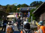 第1回目の名松線復旧記念ウォークで、尾張徳川家ゆかりの青巌寺(一志町小山)を訪れた参加者やガイドたち
