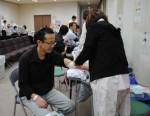 献血の前に健康チェックを受ける賛同者たち