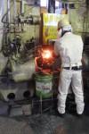 雲出工場で熟練工により行われる鍛造作業