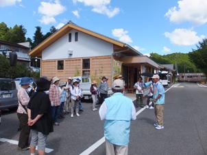 伊勢本街道奥津宿(伊勢奥津駅前)でのガイド活動の様子