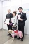 左から西山会長、木村理事長と盲導犬、田嶋常務理事(贈呈式で)