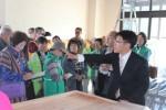 「道の駅津かわげ」で伊藤さん(右端)の説明を受ける参加者たち