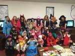 昨年のハロウィンに、仮装して集まった「mamie clony」のメンバーと、子供達