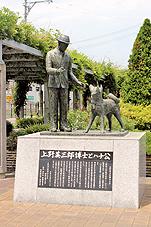 緑の風公園に建つ上野博士とハチ公像