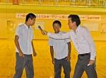 生徒たちに話しかける中垣内さん(右)