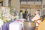 仏式の葬儀を実演