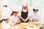 料理を楽しむ参加者