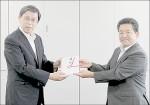 尾ケ井専務理事から笽島教授(左)へ寄付金贈呈