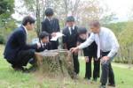 中島教諭と共に当日の下見をする鈴鹿中学校の生徒たち