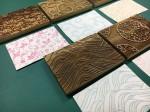 「伝統京からかみ型押し」に用いる「版木」と「京からかみ作品」