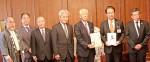 贈呈式の様子…岡本会頭(左5人目)と前葉市長(右2人目)
