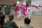 美しい演舞を披露する学生達