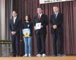左から神田委員長、藤山さん、森田校長、三藤会長