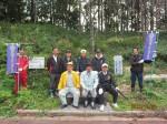 桜の下草刈りを行った河芸ライオンズクラブのメンバー