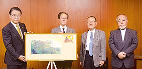 「よみがえる津城」と共に…左から前葉市長、永都さん、髙橋さん、西田会長