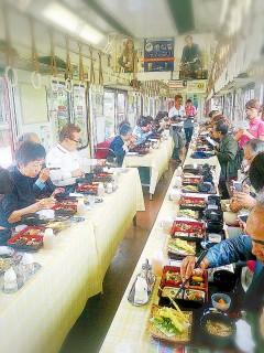 養老鉄道の運行する「薬膳列車」で食事を堪能する