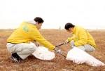 海岸を清掃する津商議所青年部の会員ら