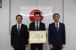 感謝状を手にする近澤会長(中央)と、津署の 事件指導官・須川さん(左)、刑事第二課の谷口課長