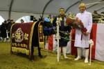 優秀賞1席の「ふくはる5」号…肥育農家の畑さん(左)、朝日屋の香田社長