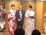 グランプリに輝いた伊藤さん(右)と内田氏(中央)