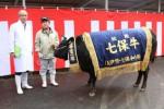 「ふくはる3の1」号と肥育農家の北村さん(右)と香田社長