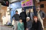 奥田隊長(後列右)と、(前列左から)小野さん、 水野さん、市岡さんら(改装中の3号店の前で)