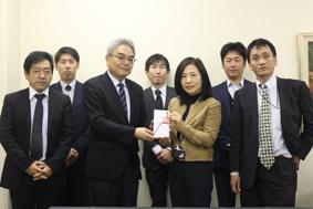 寄付金の目録を手渡す草深支部長(中央左)