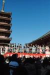 津市長や津クイーンらと一緒に舞台から福豆まき(昨年の様子)