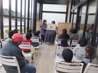 安濃津ガイド会による紙芝居と、熱心に観る参加者たち
