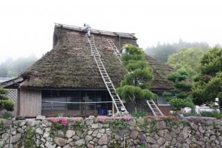 今月10日、美山町の茅葺職人が田中家の屋根の一部を修理する様子