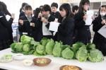 春キャベツをメインとする料理を試食する生徒たち
