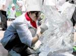 高い技術を要する氷細工に挑戦する学生