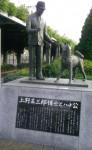 布製の帽子が被せられた上野英三郎博士の像とハチ公