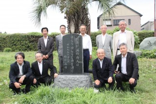 再建された碑の周りに集まり、喜ぶ3クラブのメンバーたち(今月2日撮影)