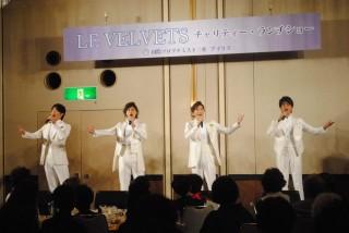 美しい歌声を披露する「ル・ヴェルヴェッツ」のメンバー