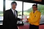 井田委員長(右)から加藤さんに寄付金を贈呈