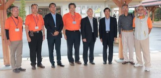 朝津味関係者と上富良野町の向山町長(右4人目)と津市の訪問団団長の生川さん(右)