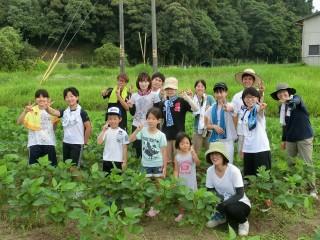 「まめっこ」が行った草ひきに参加したメンバーと学生ら