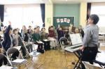 18日に開かれた「歌声茶房」で、手の振りつきで楽しく歌う参加者たち