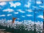 織田さんがアサギマダラやフジバカマ、鹿を描いた外壁