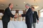 松島消防団長(右)より飯田会長に浄財を贈呈
