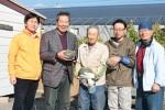 訪問先の農家(右から2・3人目)と朝津味職員、濵本さん(右)