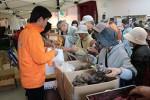 収穫祭で飛ぶように売れるミカンとサトイモ